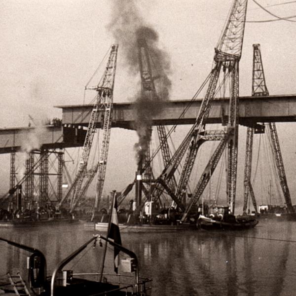 Invaren van het middenstuk Rijnbrug in Rhenen